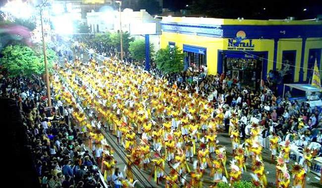 La Avenida Lecueder en el Desfile del Carnaval de Artigas