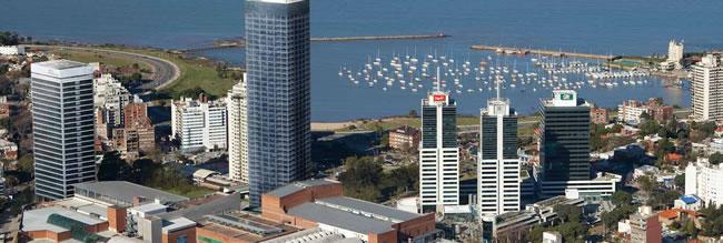 Vista aérea del barrio de Buceo donde se puede apreciar el Montevideo Shopping, el World Trade Center, Las Torres del Puerto, Puertito del Buceo y el Yacht Club Uruguayo.
