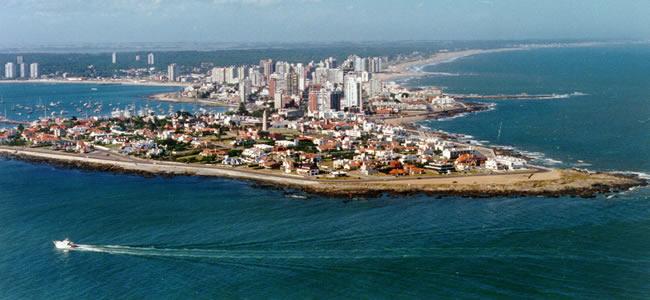 Vista aérea de la península de Punta del Este donde se puede apreciar sobre el margen izquierdo el puerto y la playa mansa y sobre el margen derecho la costa de la playa brava.